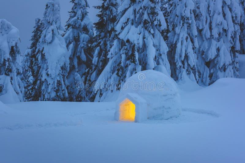 Snöigloo som är lysande från insidan royaltyfri foto