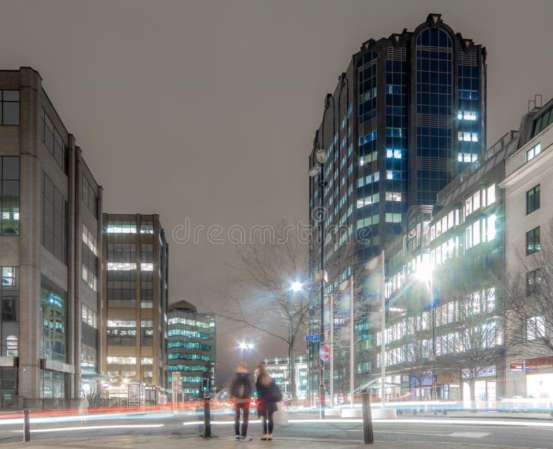 Snökulle, Birmingham stad på natten arkivbild
