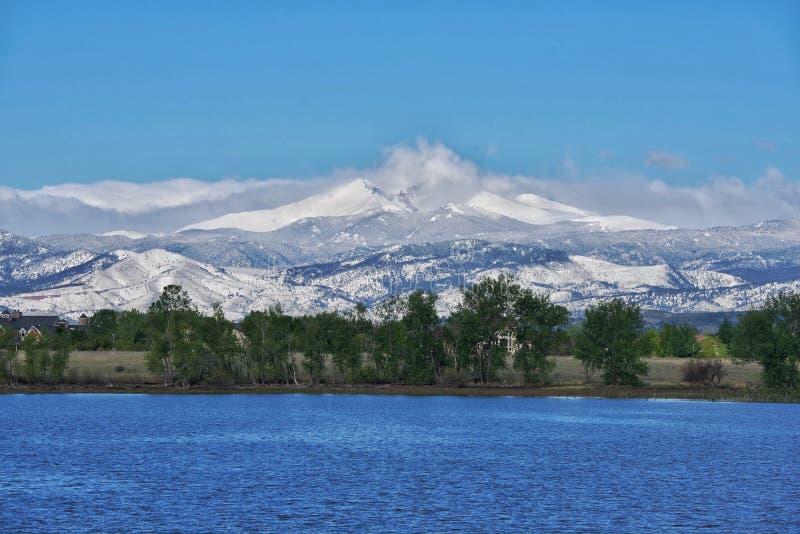 Snömaximumsikt från en sjö royaltyfri foto