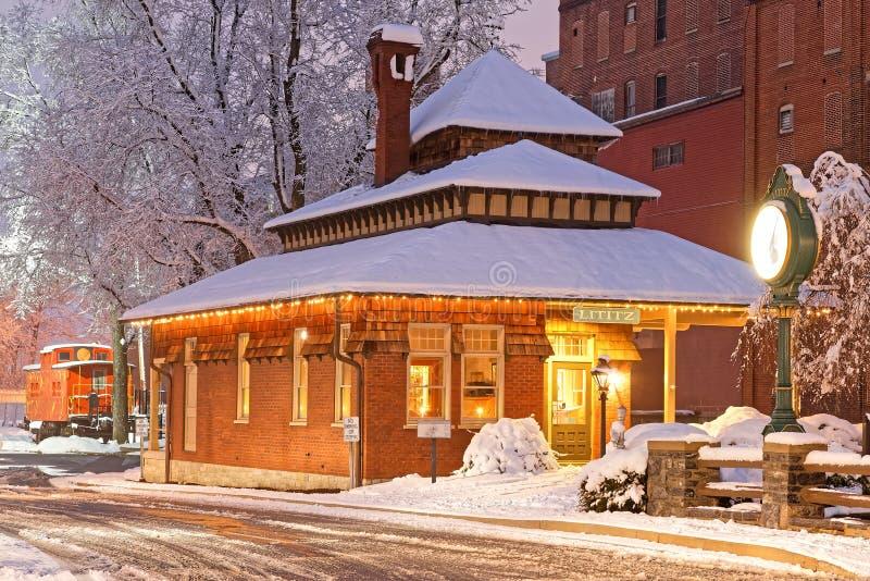 Snönedgång på den gamla järnvägstationen fotografering för bildbyråer
