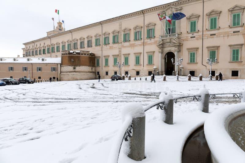 Snöräkningar gatorna av Rome, Italien Piazza del Quirinale arkivfoton