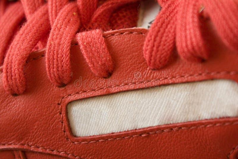 snör åt den tillpassande rosa skon arkivfoto