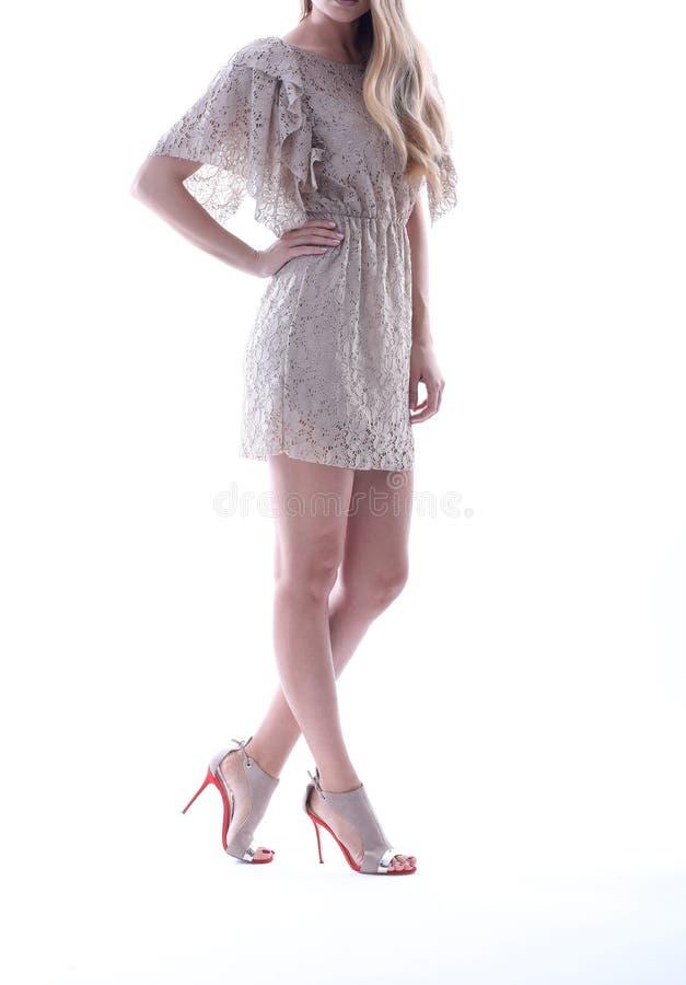 Snöra åt klänningen, vit bakgrund arkivbild