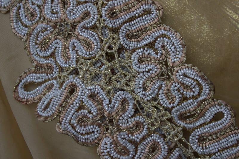 Snöra åt med den gjorda pärlhanden - royaltyfria bilder