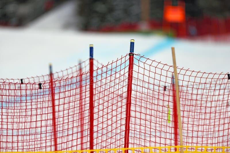 Snöstaketet på skidar semesterorten royaltyfri bild