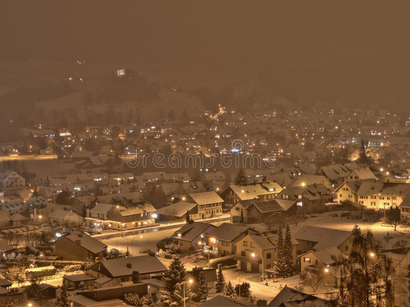 Snöstorm i lite by i Schweiz royaltyfria bilder