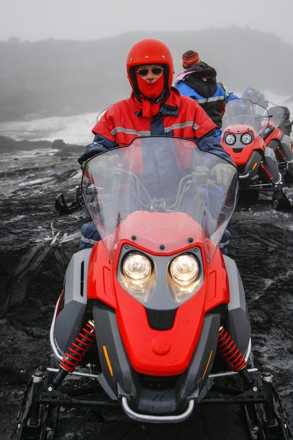 Snövessla turnerar på glaciären royaltyfria foton