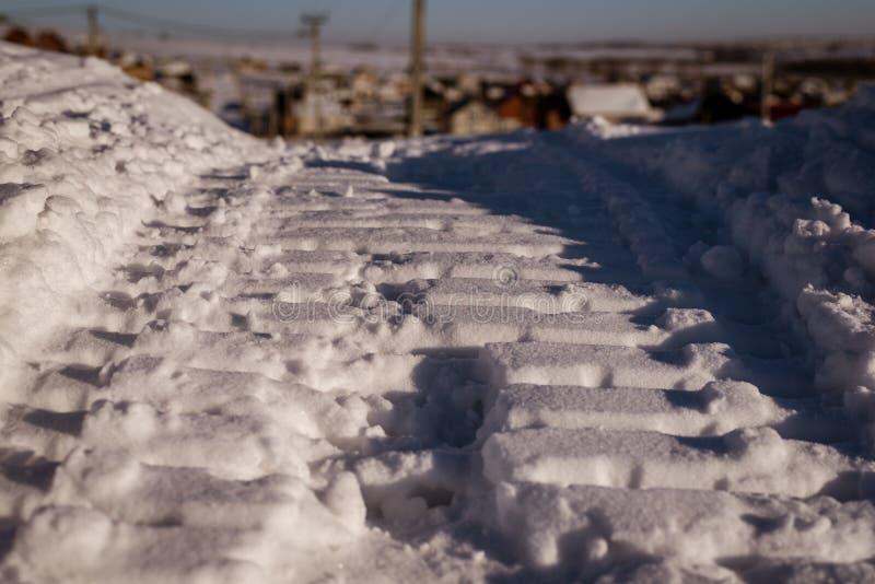 Snövesslaspår på lös snönärbild arkivbild
