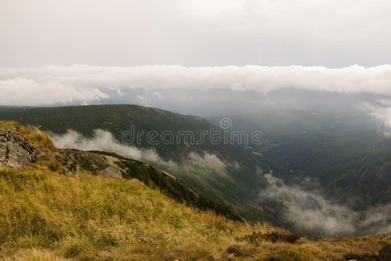 Sn?žka - Vista en las montañas nubosas fotos de archivo