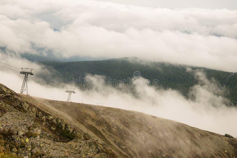 Sn?žka - Vista en las montañas nubosas fotos de archivo libres de regalías