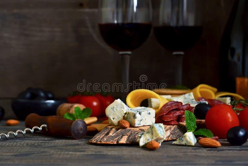 Snäcke für Wein: Blauschimmelkäse, Oliven, Salami zartheit rustic lizenzfreies stockfoto