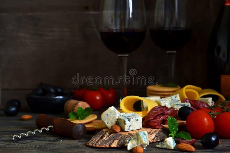Snäcke für Wein: Blauschimmelkäse, Oliven, Salami zartheit rustic stockfotos