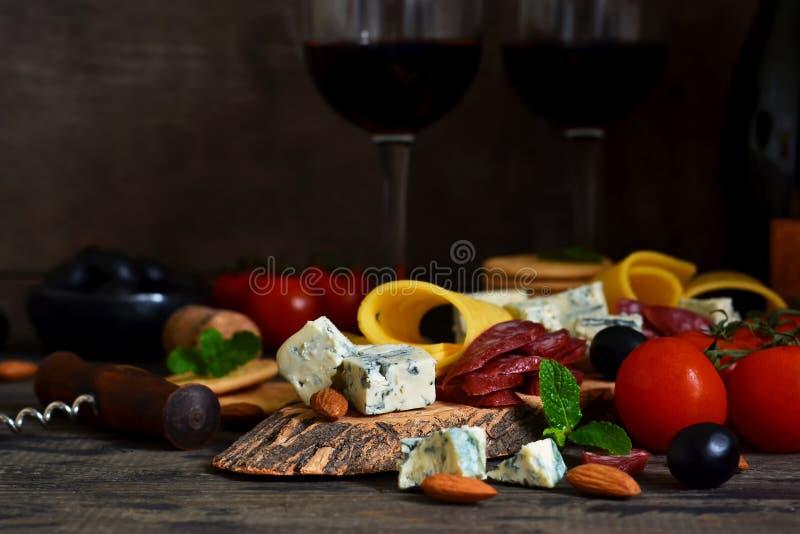 Snäcke für Wein: Blauschimmelkäse, Oliven, Salami zartheit rustic lizenzfreie stockfotos