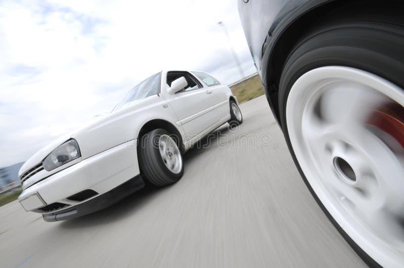 Snabb bil som flyttar sig med rörelseblur royaltyfri foto