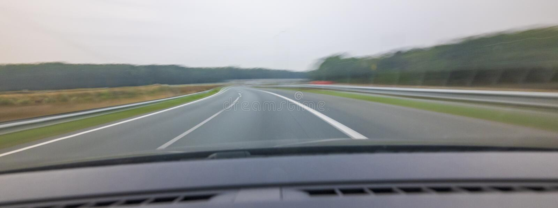 Snabb bil som flyttar sig och springer på den hög hastigheten över vägen royaltyfria foton