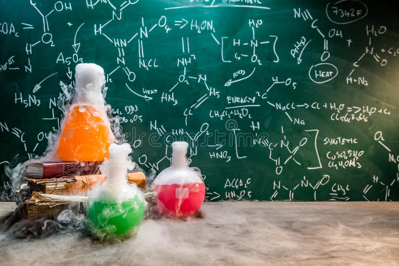 Snabb kemisk reaktion på kemikurser arkivbild