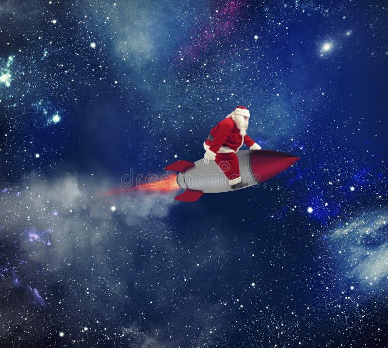 Snabb leverans av julgåvor med Santa Claus i utrymmet arkivfoto