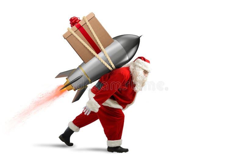 Snabb leverans av julgåvor Santa Claus som är klar att flyga med en raket fotografering för bildbyråer
