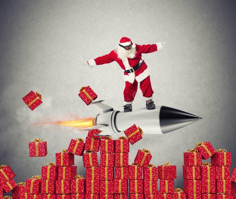 Snabb leverans av julgåvor som är klara att flyga med en raket royaltyfri foto