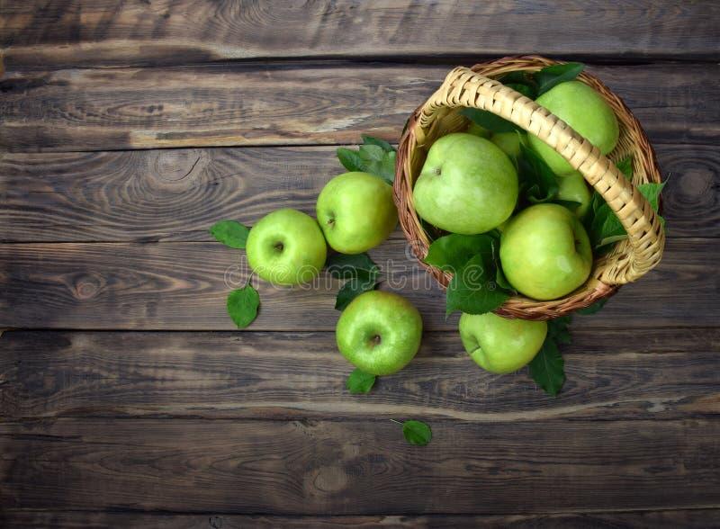 Snabb leverans av nya frukter Korg av äpplen på en träbakgrund Plant lägga Top beskådar arkivfoton