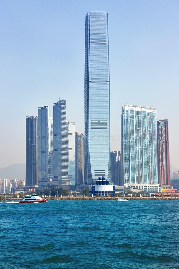 Snabb motorbåt i Victoria Harbour med skyskrapor Hong Kong i bakgrunden fotografering för bildbyråer