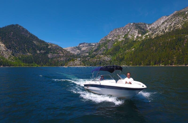 Snabb motorbåt - utomhus- gyckel! royaltyfria bilder