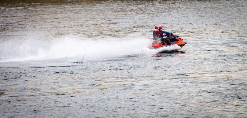 Snabb motorbåtkryssningar längs floden arkivfoto