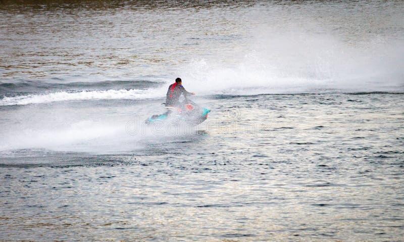 Snabb motorbåtkryssningar längs floden arkivfoton