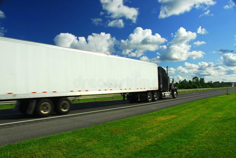 Download Snabb moving lastbil fotografering för bildbyråer. Bild av leverera - 994019