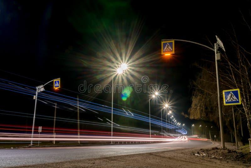 snabb moving natttrafik timmar liggandes?songvinter begrepp av v?gen, sn?- och isborttagningen, faran och s?kerheten av r?relse,  royaltyfri fotografi