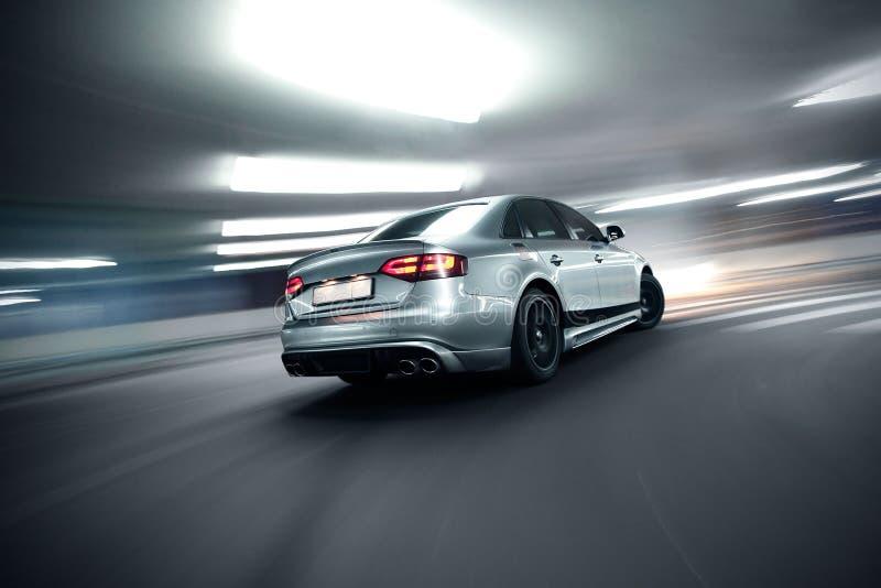 snabb moving nattversion för bil royaltyfri fotografi