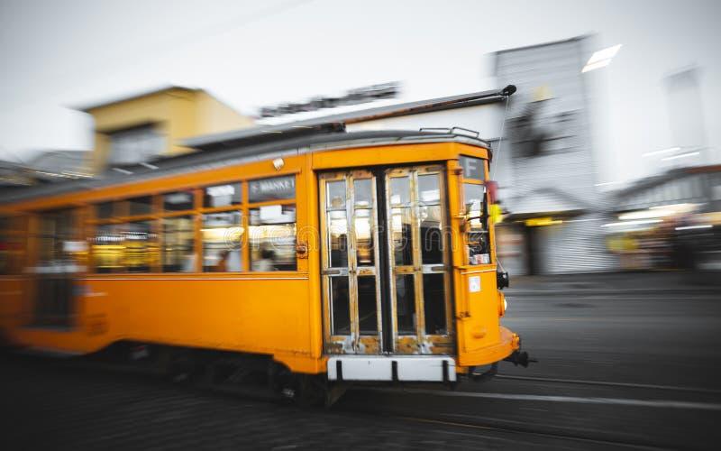 Snabb rörande spårvagn i den Fishermans hamnplatsen, San Francisco arkivbild