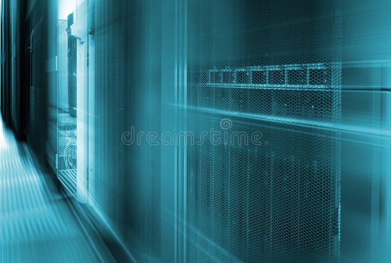 Snabb serverlagring för abstrakt stor datorhall med rörelsesuddighet arkivfoton