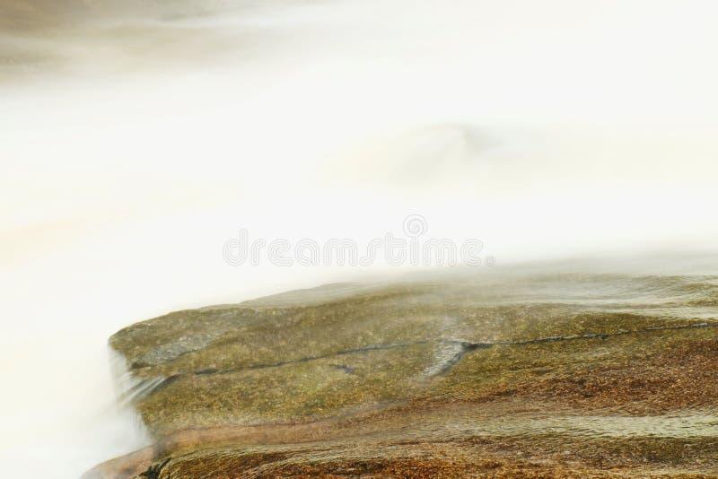snabb ström Bergflod mycket av kallt vårvatten Stora stenar för häftklammermatare och skummande kyligt vatten omkring fotografering för bildbyråer
