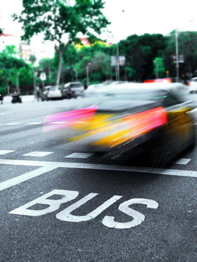 Snabb taxibil i en gatatrafik royaltyfri foto