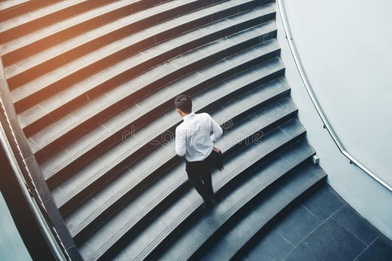 Snabb uppför trappan tillväxt för affärsmanspring upp framgångbegrepp arkivfoton