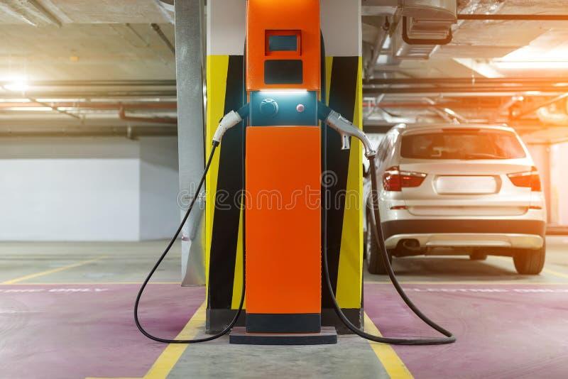 Snabb uppladdningsstation för elbil på inomhus underjordisk parkering Nätverk för strömförsörjningpunkt för hybrid- elbiluppladdn royaltyfri foto