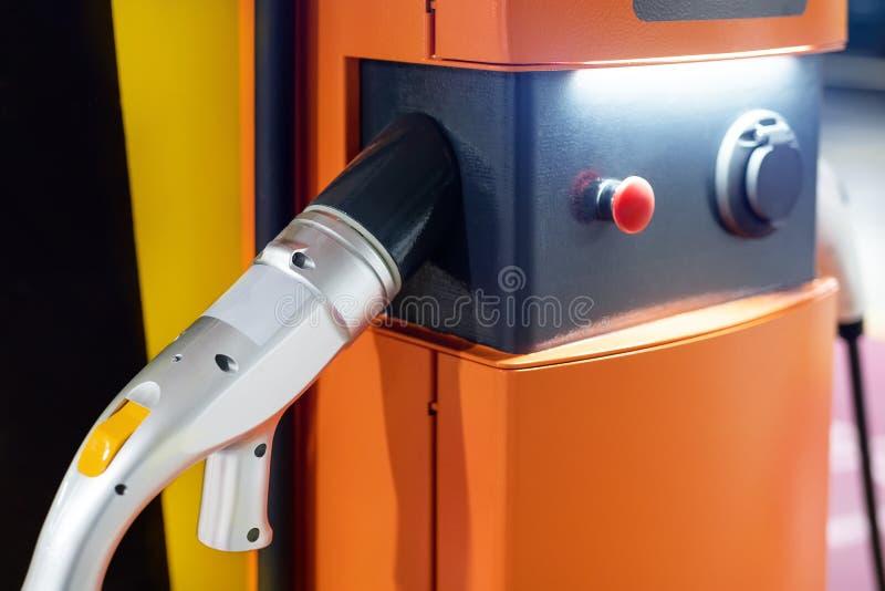 Snabb uppladdningsstation för elbil på inomhus underjordisk parkering Nätverk för strömförsörjningpunkt för hybrid- elbil royaltyfri fotografi