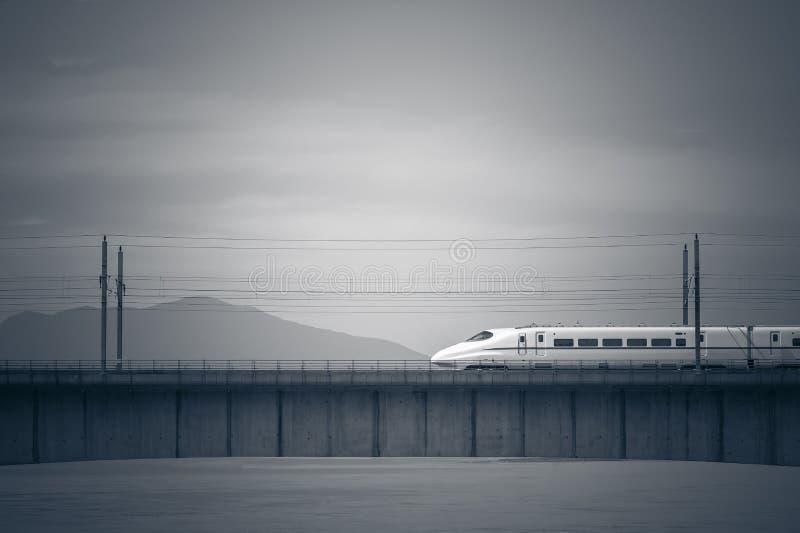Snabba drev på bron av över floden i Kina royaltyfria foton