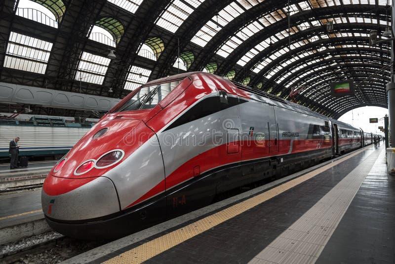 Snabba Eurostar utbildar på järnvägsstationen i Milan royaltyfria foton