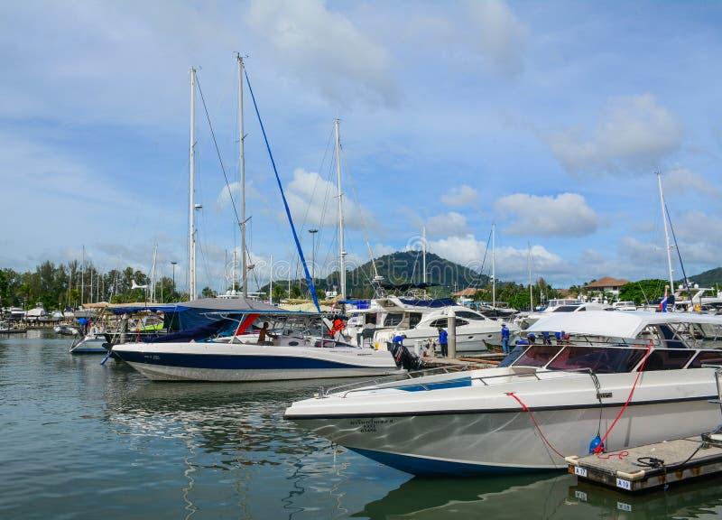 Snabba motorbåtar som ansluter på pir i Phuket royaltyfri bild