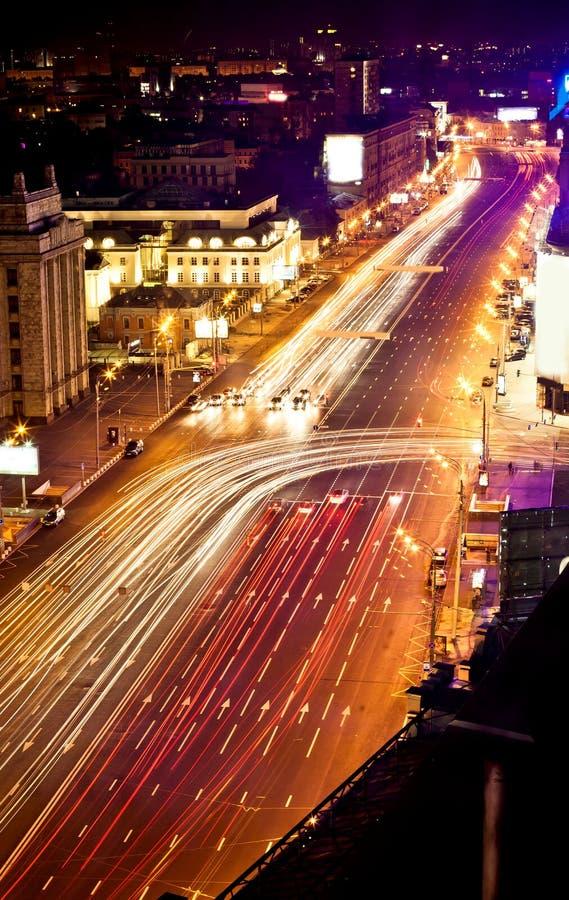 Snabba moving bilar på natten royaltyfri fotografi