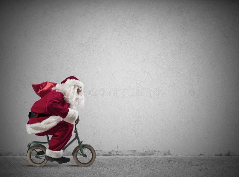 Snabba Santa Claus på cykeln royaltyfria bilder