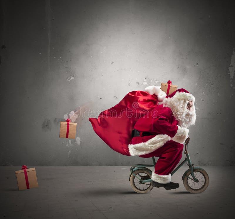 Snabba Santa Claus på cykeln arkivbilder