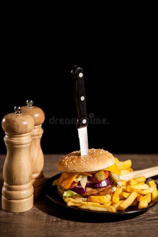 Snabbmat av smakliga läckra hamburgare på träbakgrund nästa t arkivfoton