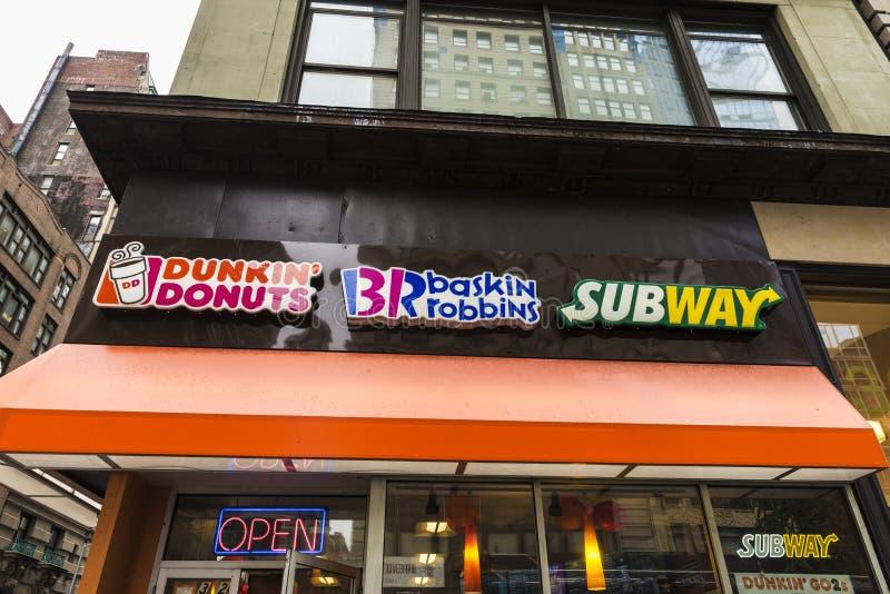 Snabbmatställning av Dunkin Donuts, Baskin Robbins och gångtunnelen i Manhattan i New York City, USA arkivfoto