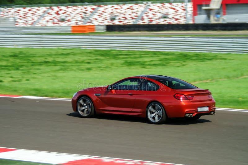 Snabbt rörande för sportbil på spår arkivbilder