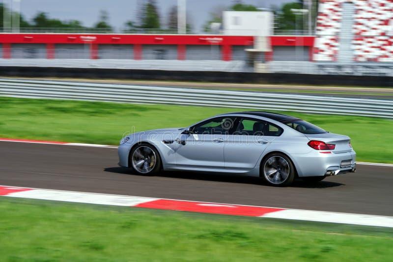 Snabbt rörande för sportbil på spår royaltyfri bild