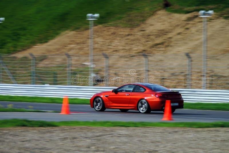 Snabbt rörande för sportbil på spår royaltyfri fotografi