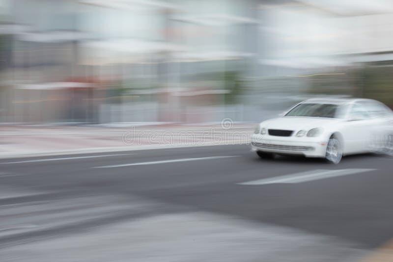 snabbt rusa för bil arkivbilder